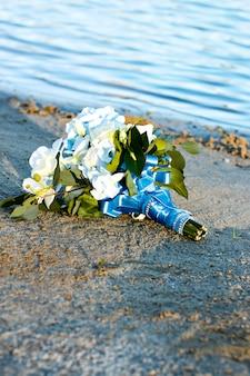 Flores de boda en verano. salir de la ceremonia de bodas junto al agua.