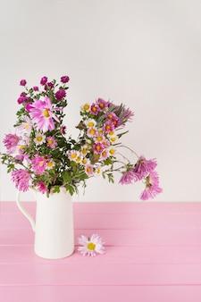 Flores brillantes en florero sobre mesa.