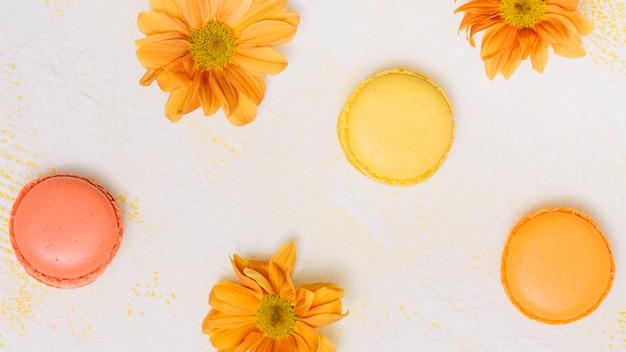 Flores brillantes con galletas en la mesa