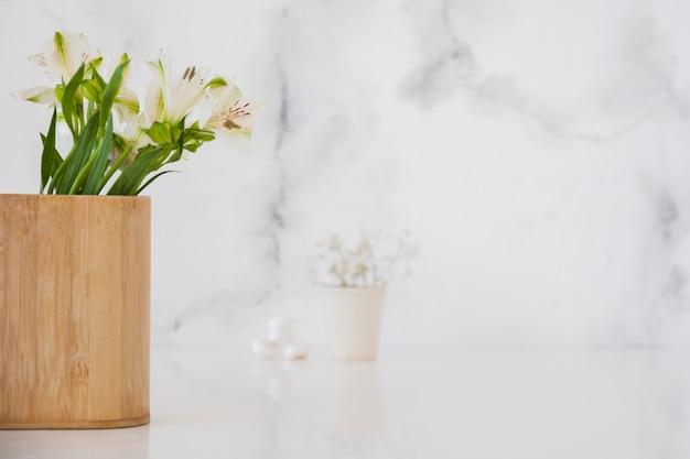Flores en caja de madera con espacio de copia