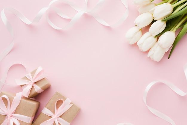 Flores y cajas de regalo con vista superior de la cinta