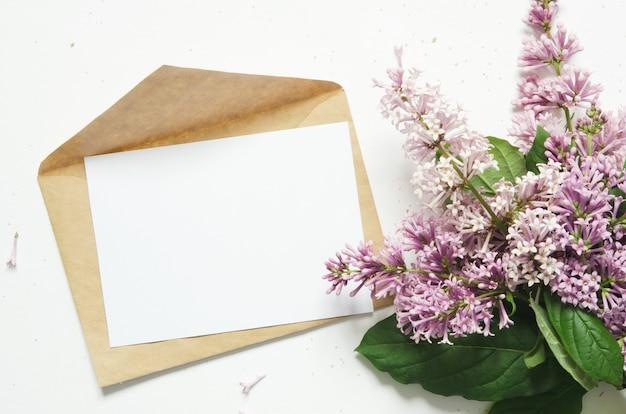 Flores de color lila y sobre. flores de primavera. vista superior, endecha plana. copia espacio