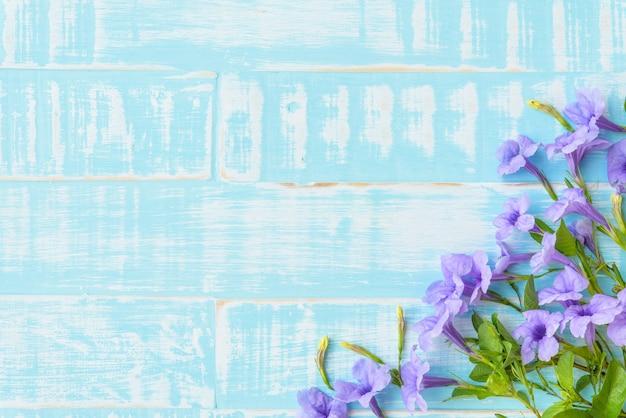 Flores de color púrpura sobre fondo azul de madera. concepto de primavera y verano.