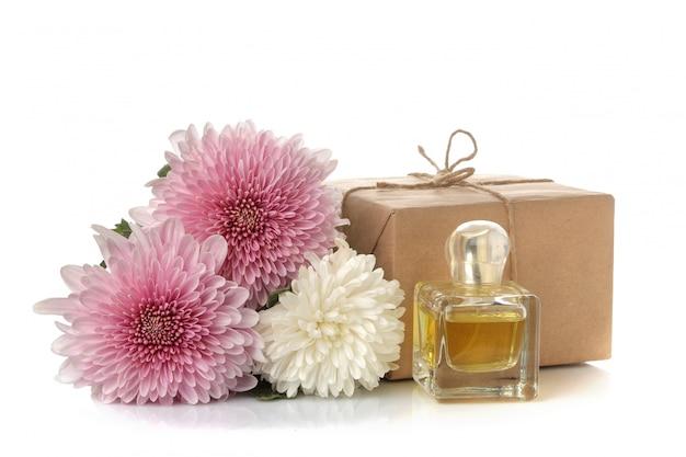 Flores de crisantemo de otoño y regalos en papel kraft en blanco aislado