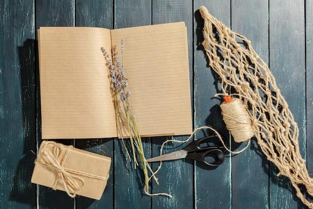 Flores con cuaderno vintage vacío para su diseño.