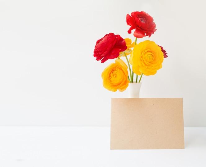 Flores de buttercup en florero.