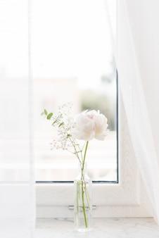 Flores decorativas en un jarrón