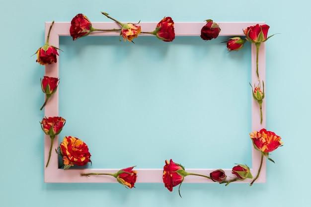 Flores doradas y rojas con marco rosa