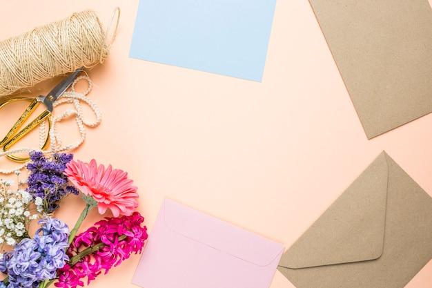 Flores e invitaciones de boda con copia espacio.