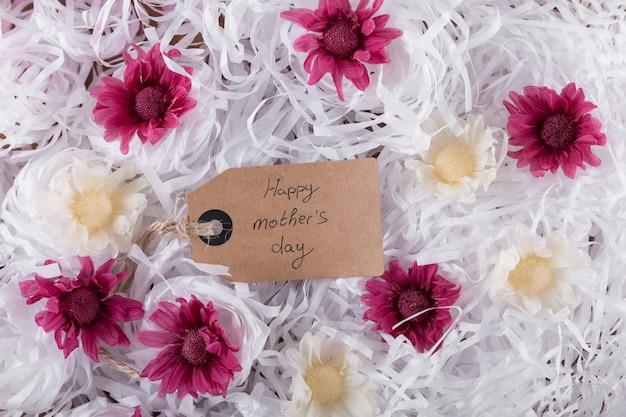 Flores con etiqueta para el día de la madre vista desde arriba