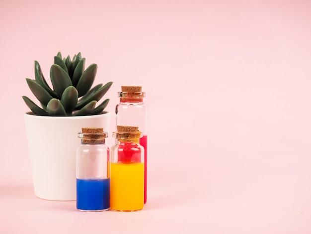 Flores y extractos de plantas o perfume en pequeñas botellas.