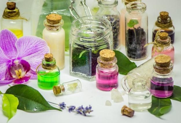 Flores y extractos de plantas en pequeñas botellas. enfoque selectivo