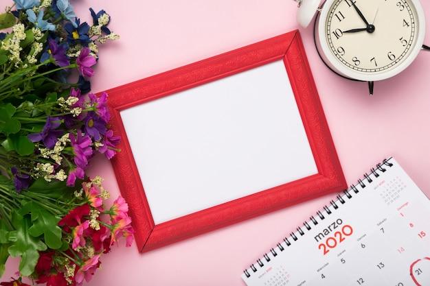 Flores de flor con calendario y reloj