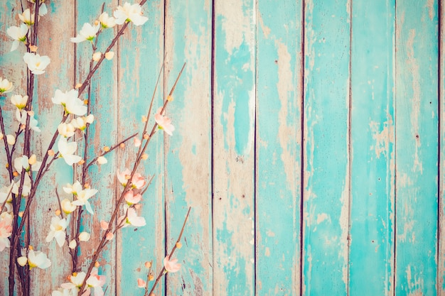 Flores de la flor de cerezo en el fondo de madera del vintage, diseño de la frontera.