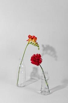 Flores en flor en un jarrón sobre la mesa
