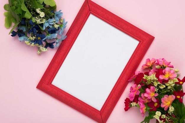 Flores de flor con marco en la mesa