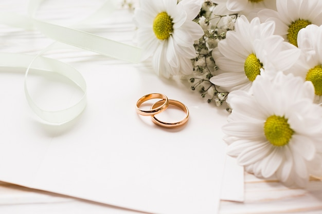 Flores florecientes con anillos de compromiso