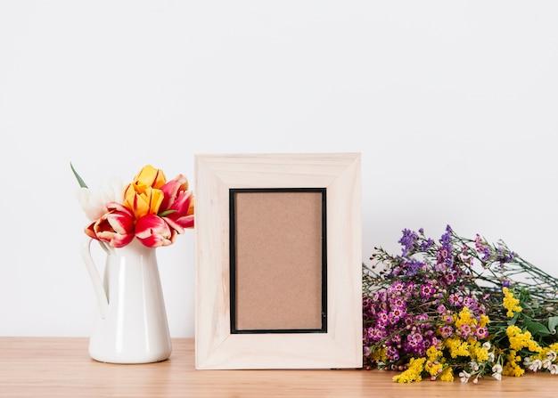 Flores florecientes compuestas con marco