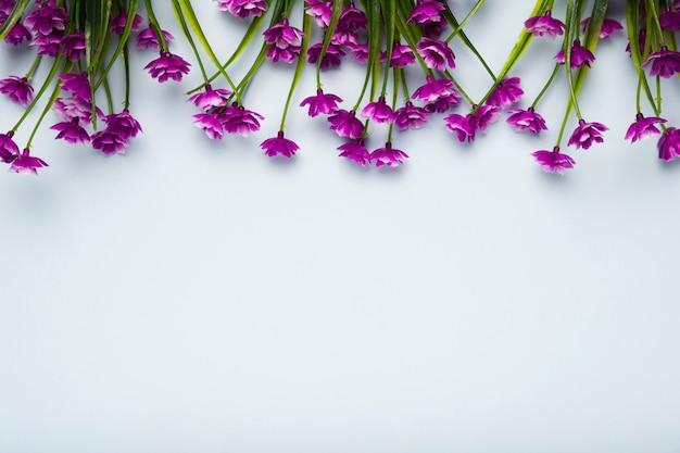 Flores florecientes con espacio de copia en la mesa