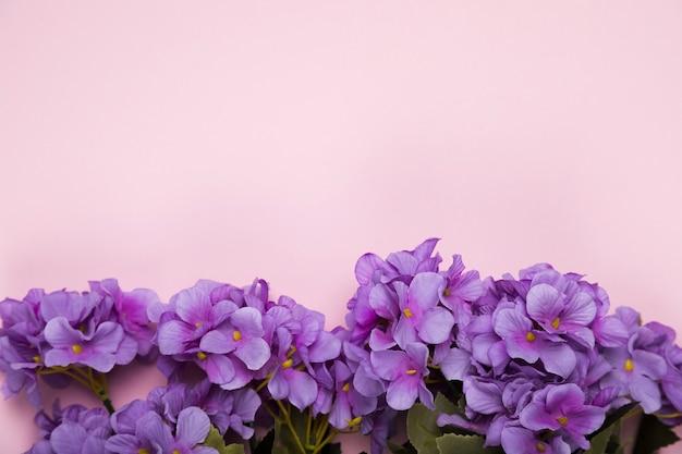Flores florecientes en el espacio de copia