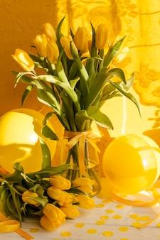 Flores florecientes en florero