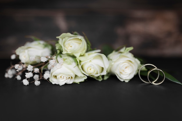 Flores florecientes en mesa