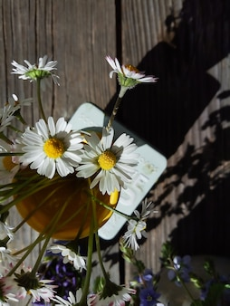 Flores en florero amarillo estilo de vida rural