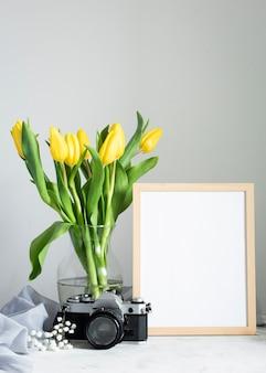 Flores en florero con marco al lado