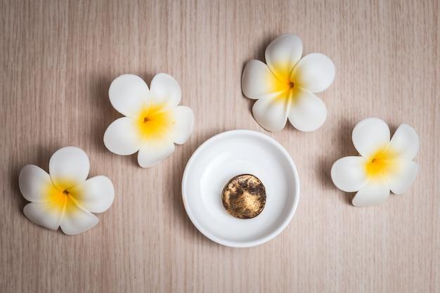 Flores del frangipani en el fondo blanco. concepto de fondo de spa