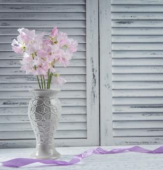 Flores frescas en la mesa