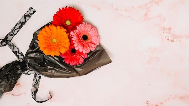 Flores de gerbera en film de embalaje.
