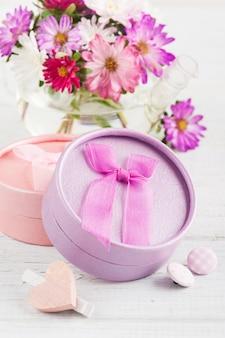 Flores de jardín de color rosa púrpura y caja de regalo