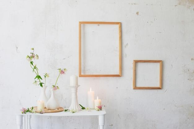 Flores en jarrón y marcos en la pared.