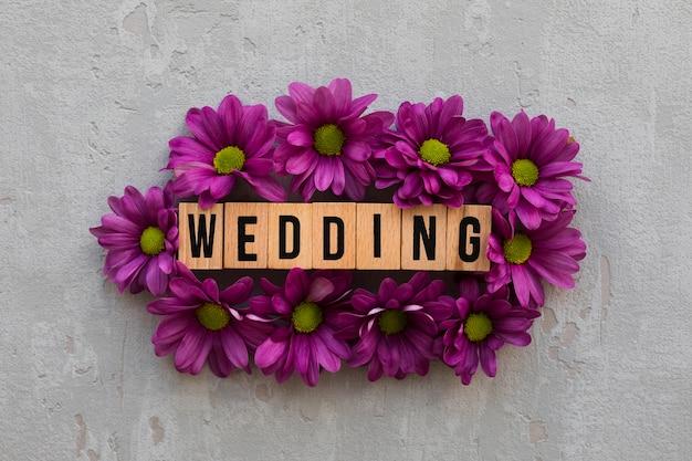 Flores con letrero de boda de madera