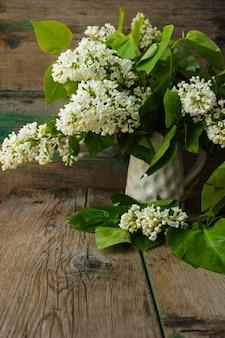 Flores lilas blancas