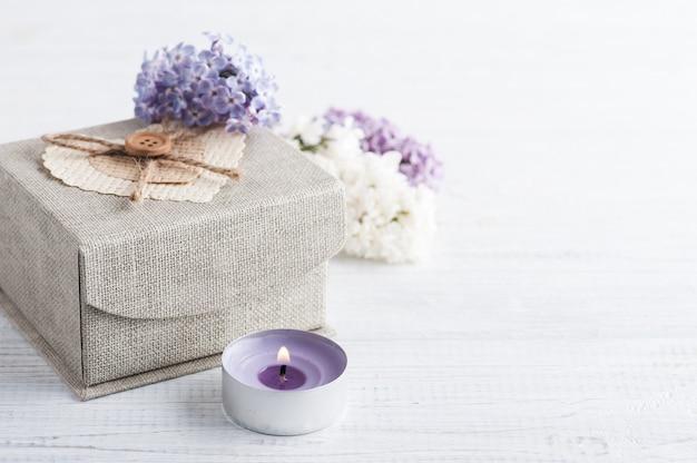 Flores lilas con caja de regalo