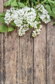 Flores lilas sobre fondo rústico
