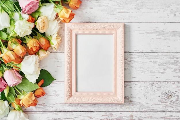 Flores y marco de fotos, día de la mujer.