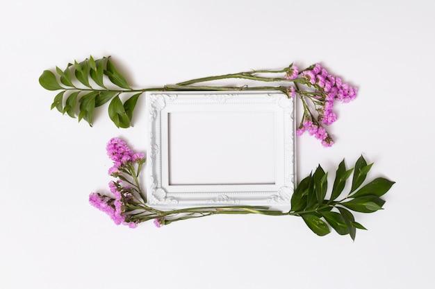 Flores moradas entre marcos de fotos.