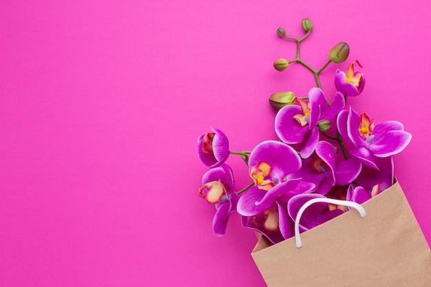 Flores de orquídeas en una bolsa de papel