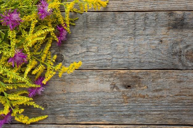 Flores del otoño en fondo rústico de madera. copia espacio