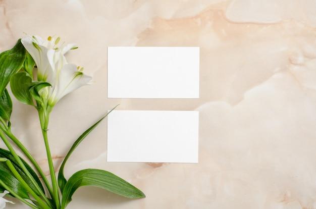Flores y papel en blanco.