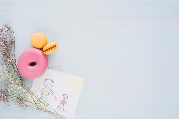 Flores y pasteles cerca de la imagen