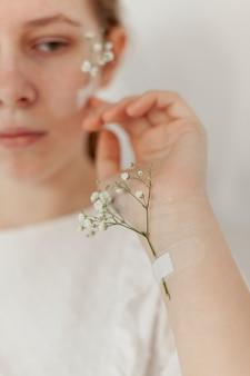 Flores pegadas en la mano de la modelo