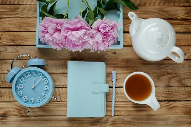 Flores de peonía rosa con té de la mañana