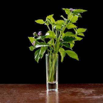 Flores en un pequeño jarrón de vidrio