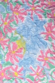 Flores pintadas, imagen del color de la pintura en el papel doblado.