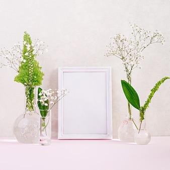 Flores y plantas en matraz con marco. hermosas flores en florero.