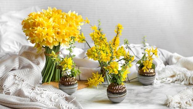 Flores de primavera y flores en un ambiente hogareño acogedor.