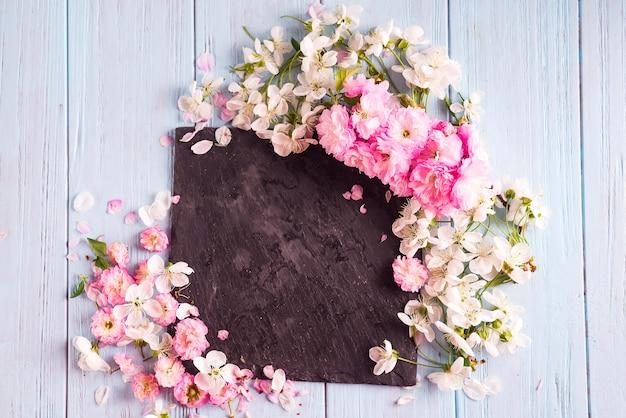 Flores de primavera. flores rosadas en el fondo de madera blanco.